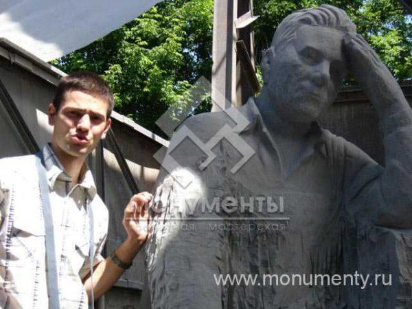 Скульптура фигуры из гранита