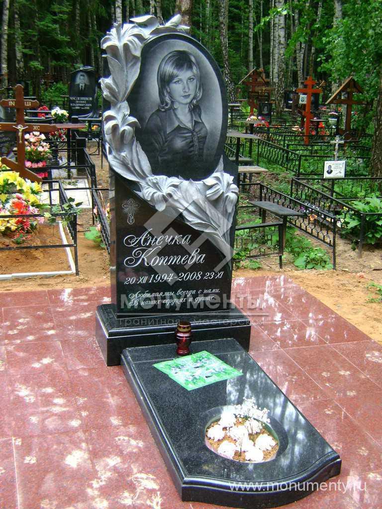 Памятник с резными лилиями