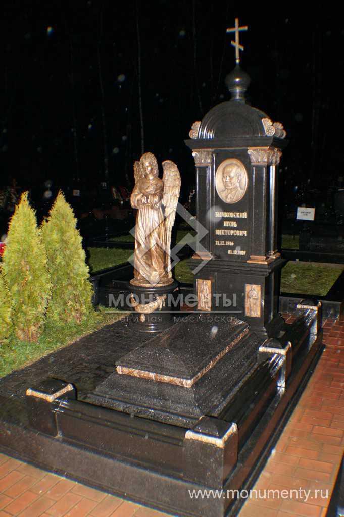 Надгробный комплекс с брозовыми элементами и скульптурой