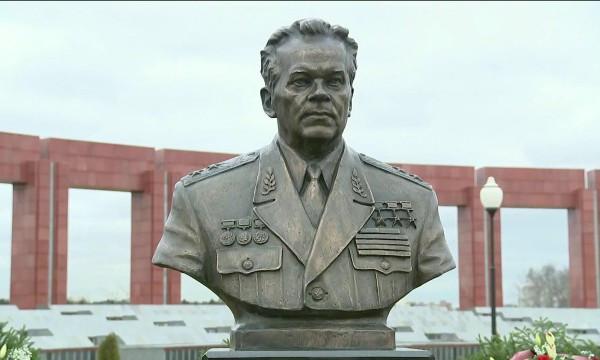 В Мытищах установили памятник Калашникову