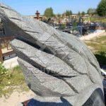 Красивый памятник в виде лебедя