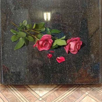Розы на памятнике в красках